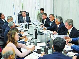 Guerra.  Renan Calheiros fez reunião, ontem, com a Mesa Diretora do Senado antes de tomar decisão