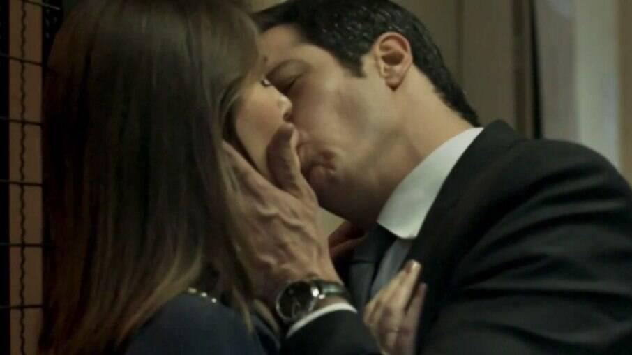 Eric e Luiza se esbarram no hotel e se beijam