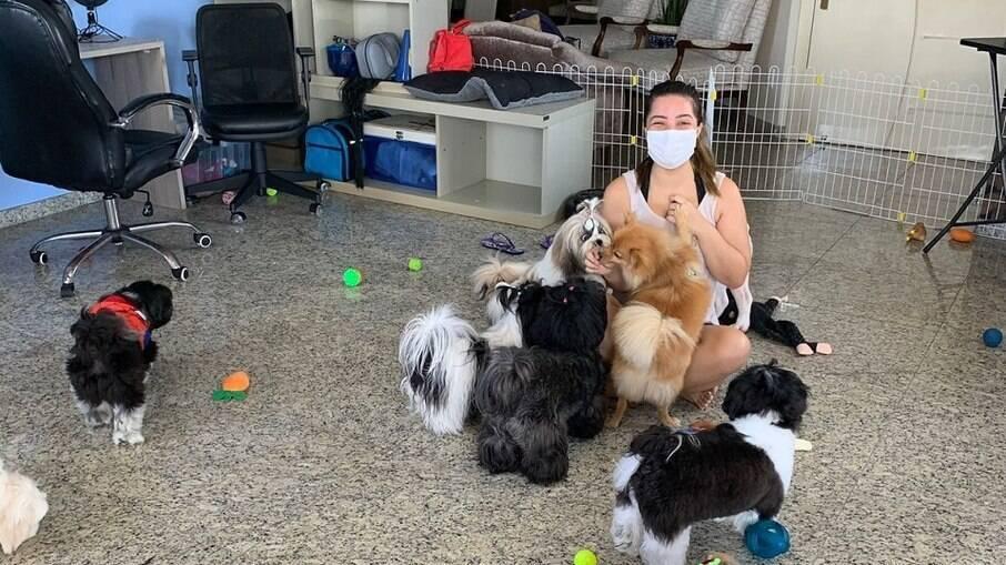 Fernanda com seus clientes caninos