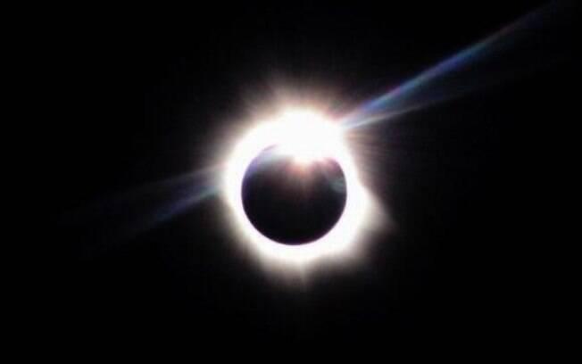 Imagem de eclipse solar total: astronomia em 2019 e 1919