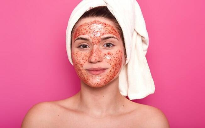 Na hora de fazer esfoliação, opte sempre por produtos indicados por dermatologistas e evite receitas caseiras.