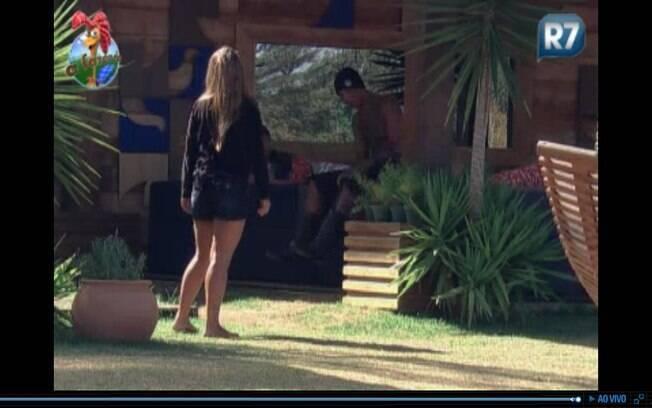Raquel, Dinei e Thiago conversam sobre a festa de ontem