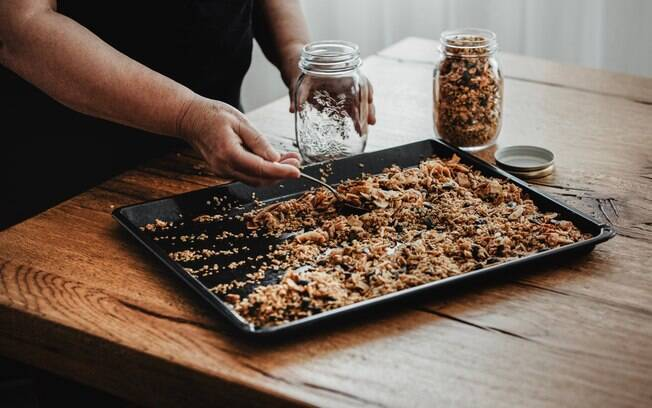 Para aproveitar os benefícios da granola, você pode preparar a sua versão em casa. Veja ingredientes e modo de preparo