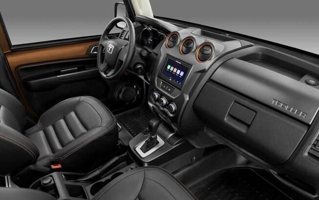 Interior conta com bancos revestidos de couro e central multimídia com rela sensível ao toque de 6 polegadas