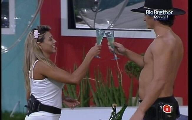Fael e Fabiana brindam ao fato de  terem chegado à final do reality