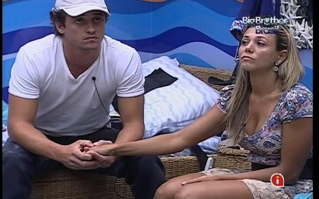 Fael e Fabiana ficam de mãos dadas enquanto conversam