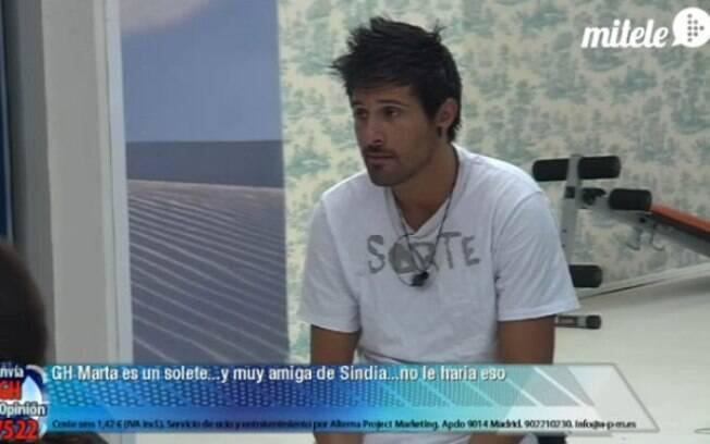 Hugo usa a camiseta que Fael deu para Noemí
