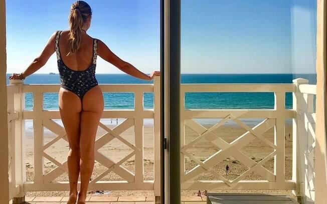 Flávia Alessandra compartilha clique onde deixa bumbum em evidência. Atriz retornou recentemente de férias na Europa