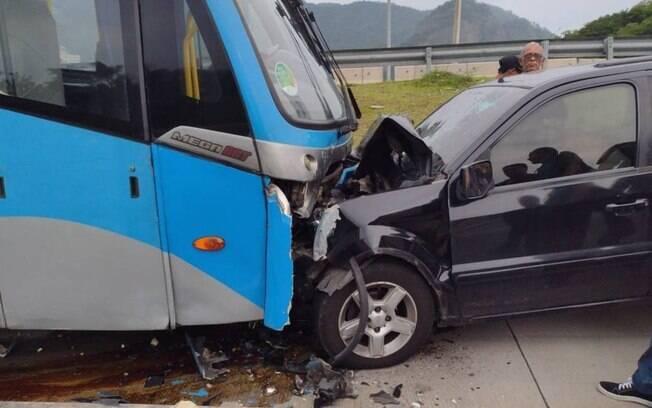 Motorista dirigia pelo corredor exclusivo BRT da Transolímpica quando bateu em ônibus