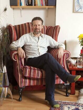 O terapeuta relaxa em seu consultório, no bairro Chalk Farm, em Londres