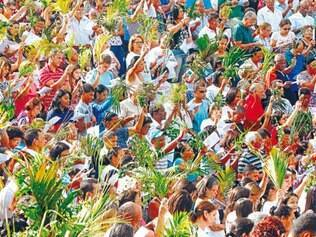 Fé. Domingo de Ramos é conhecido pela distribuição de folhas de palmeiras para os fiéis reunidos na igreja.