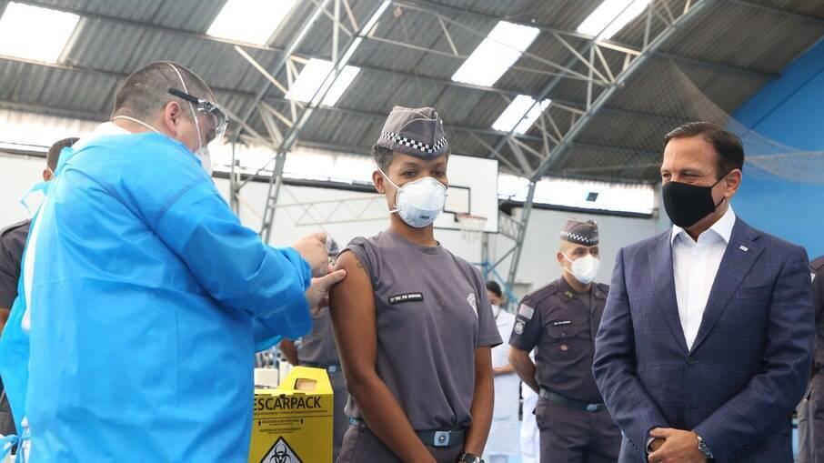 O governador participou do início da vacinação dos profissionais de segurança no estado