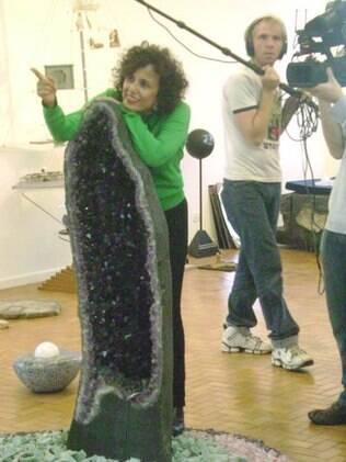No seu atelier, Denise explora o lado invisível da terra