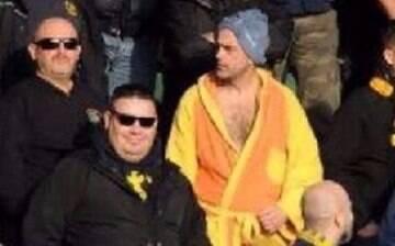 Torcedor é banido dos estádios após usar touca e roupão de banho em jogo