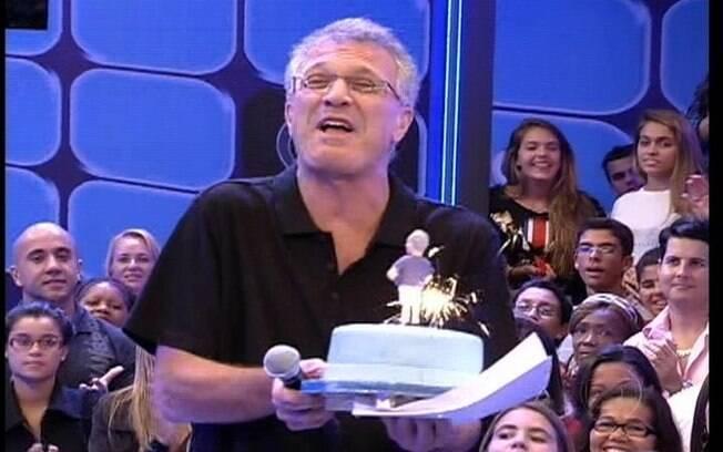 Apresentador recebe um bolo surpresa