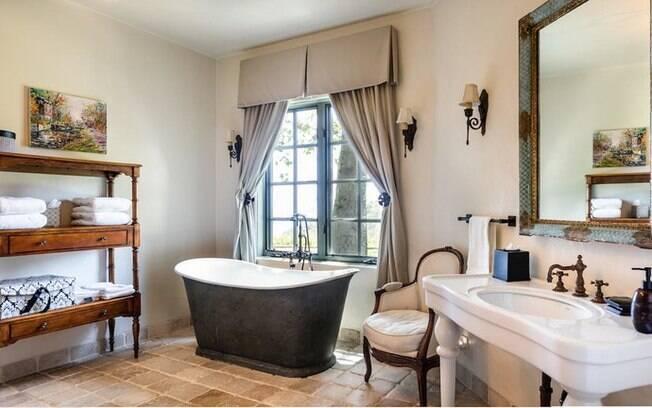A parte interna da propriedade é dividida em cinco quartos e cinco banheiros