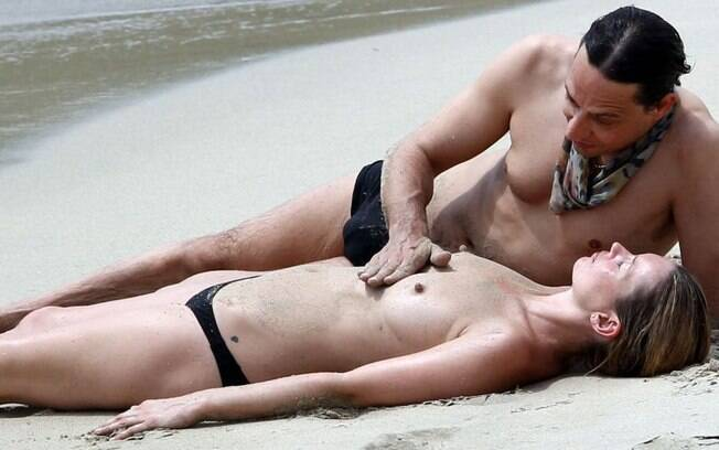 Kate Moss é acariciada pelo marido Jamie Hince durante férias do casal