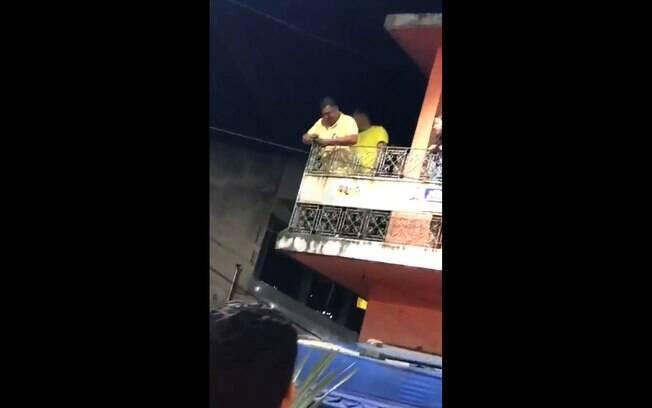 Eraldo Veloso (DEM) foi flagrado atirando cédulas de uma sacada para comemorar a reeleição