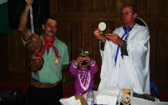 Nos Centros de Tradições Gaúchas do Rio Grande do Sul, os símbolos associados ao cotidiano dos fiéis são utilizados durante a celebração da missa