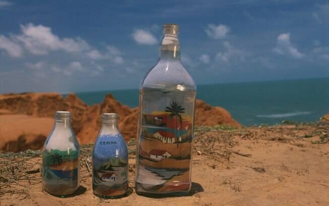 A areia colorida de Morro Branco é utilizada nas garrafinhas com imagens esculpidas na areia feitas por artesãos