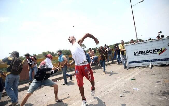 MIlitares leais a Maduro têm travado confrontos com manifestantes em fronteiras da Venezuela