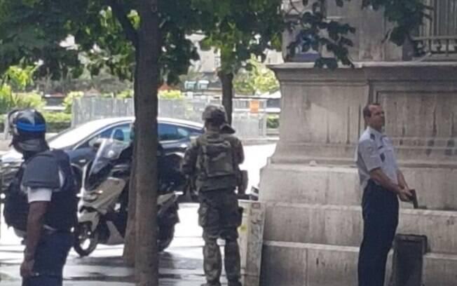 Após atirarem em um homem na região da Catedral de Notre Dame, em Paris, policiais fazem ronda no local