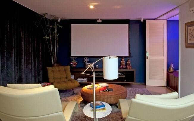 Cortinas escuras e blackouts garantem uma sala perfeita para cinema. Projeto de Gabriel Magalhães e Luiz Cláudio Souza