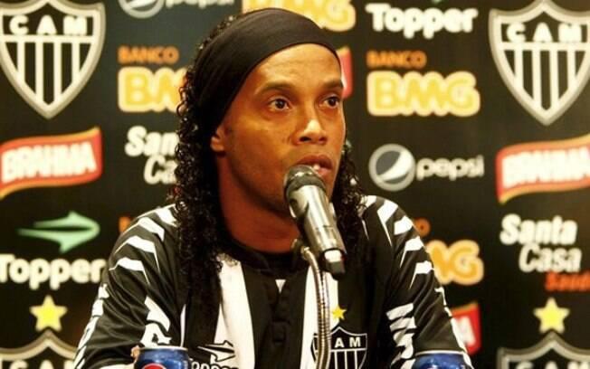 Após rescindir com o Fla, Ronaldinho assinou  com o Atlético-MG