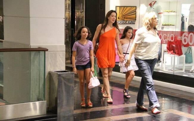 Claudia Raia passeia no shopping com a filha nesse domingo (04)