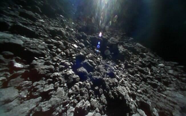 Asteroide 162173 Ryugu, obtida por um veículo levado pela missão Hayabusa2, da Agência de Exploração Aerospacial Japonesa (JAXA)