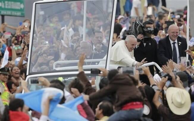 Milhares de pessoas foram às ruas de Quito, no Equador, para recepcionar o papa. Foto: AP