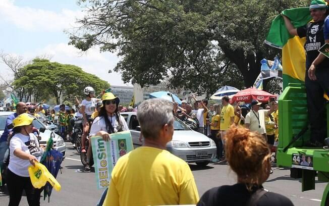 Manifestações a favor de Bolsonaro aconteceram no dia seguinte a protestos com mote 'Ele Não'