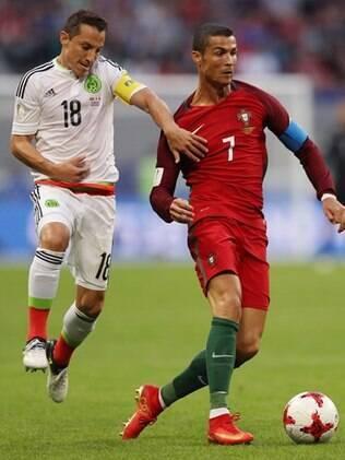 Cristiano Ronaldo tenta fugir da forte marcação do México na partida em Kazan