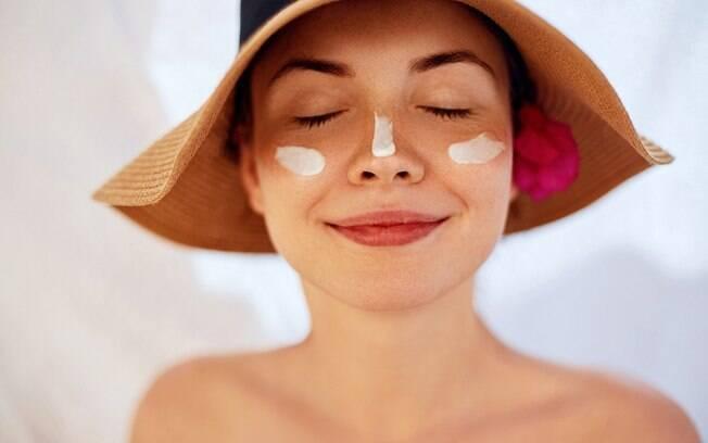 O essencial para não ficar com a pele descascando é sempre reaplicar o protetor solar e, principalmente, hidratar a pele