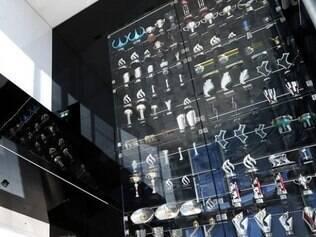 As taças ficavam expostas na entrada principal das instalações da equipe em Milton Keys