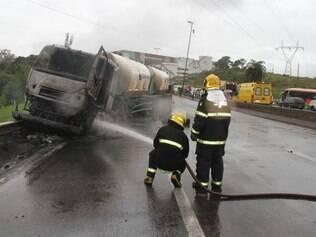 Cabine da carreta pegou fogo, mas motorista conseguiu sair ileso