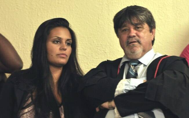 O advogado Lúcio Adolfo, durante sessão do júri, ao lado da atual mulher de Bruno, Ingrid Oliveira