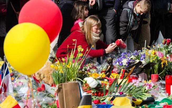 Jovens prestam homenagem às vítimas do ataque ocorrido meses após massacre em Paris