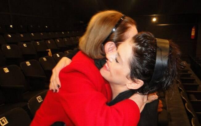 Fernanda Montenegro abraça Bárbara Paz após apresentação de