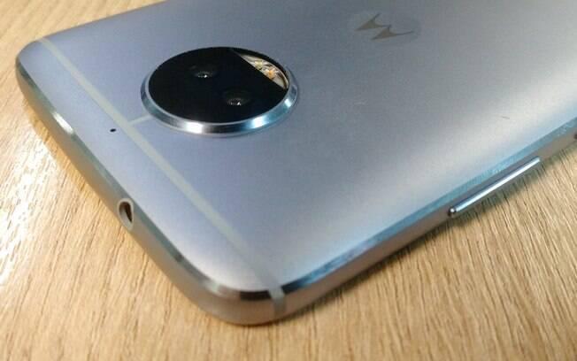 Lente da câmera traseira do Moto G5S Plus possui um alto-relevo; smartphone tem sensores de 13 megapixels