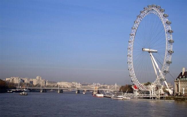 Ao chegar à London Eye, pode-se ver o Big Ben e o Parlamento do outro lado do rio