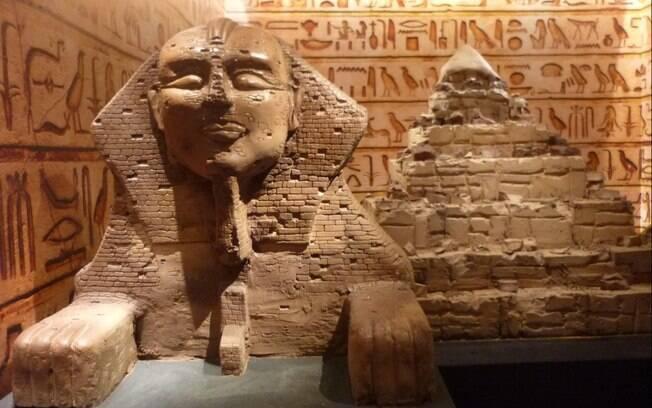 uma réplica da esfinge e de uma das pirâmedes do egito feita de chocolate