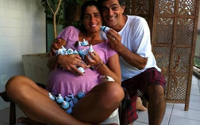 Eduardo Moscovis e Cynthia Howlett com as lembrancinhas do filho que nasceu nesta terça-feira (20), no Rio