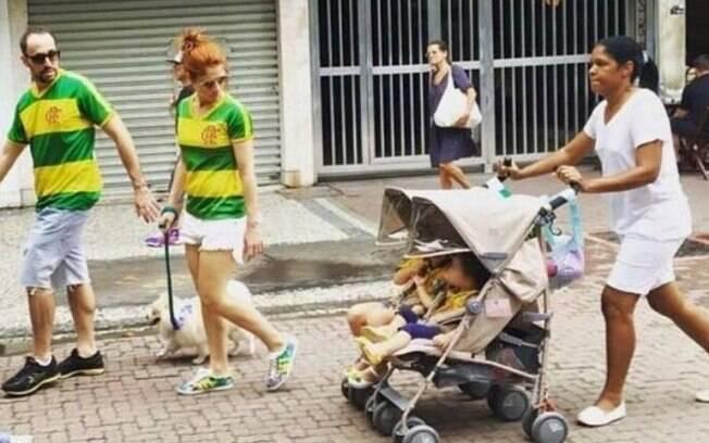 Nas redes sociais, a foto de Claudio Pracownik, vice-presidente de finanças do Flamengo, acompanhado de uma babá vestida de branco, foi criticada
