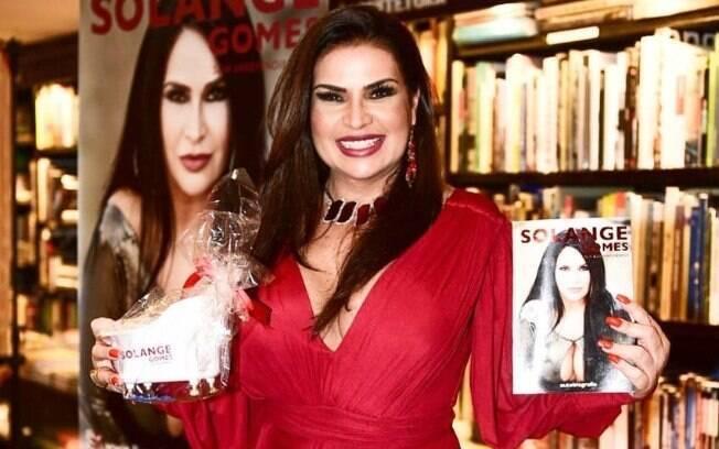 Ex-modelo Solange Gomes revelou noite com Romário na sua biografia