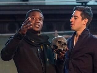 Na peça os atores Ladi Emeruwa e Naeem Hayat se alternam no papel de Hamlet