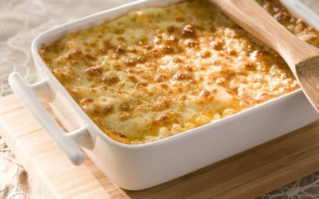 Travessa com lasanha com queijo