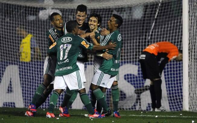 Jogadores do Palmeiras comemoram o gol de Valdivia. Foto  Gazeta Press b8df14d53ddc4
