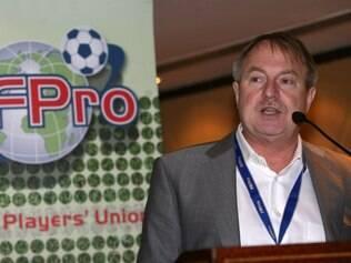 O secretário-geral do FifPro, Theo van Seggelen afirma que a açã é para profissionalizar o futebol