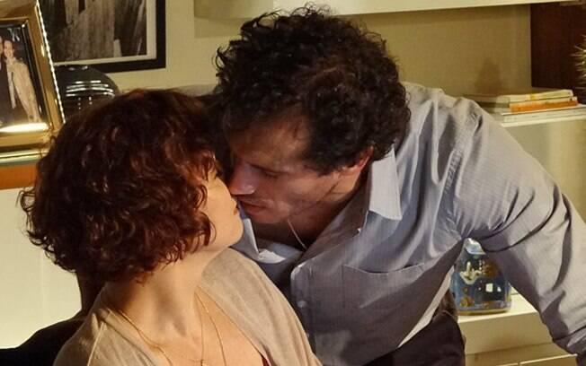 O clima esquenta e os dois quase trocam um beijo